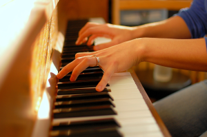 piano_playing_fingers